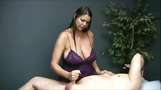 Stinking me on watching that buxom masseuse jack off her buyer on camera